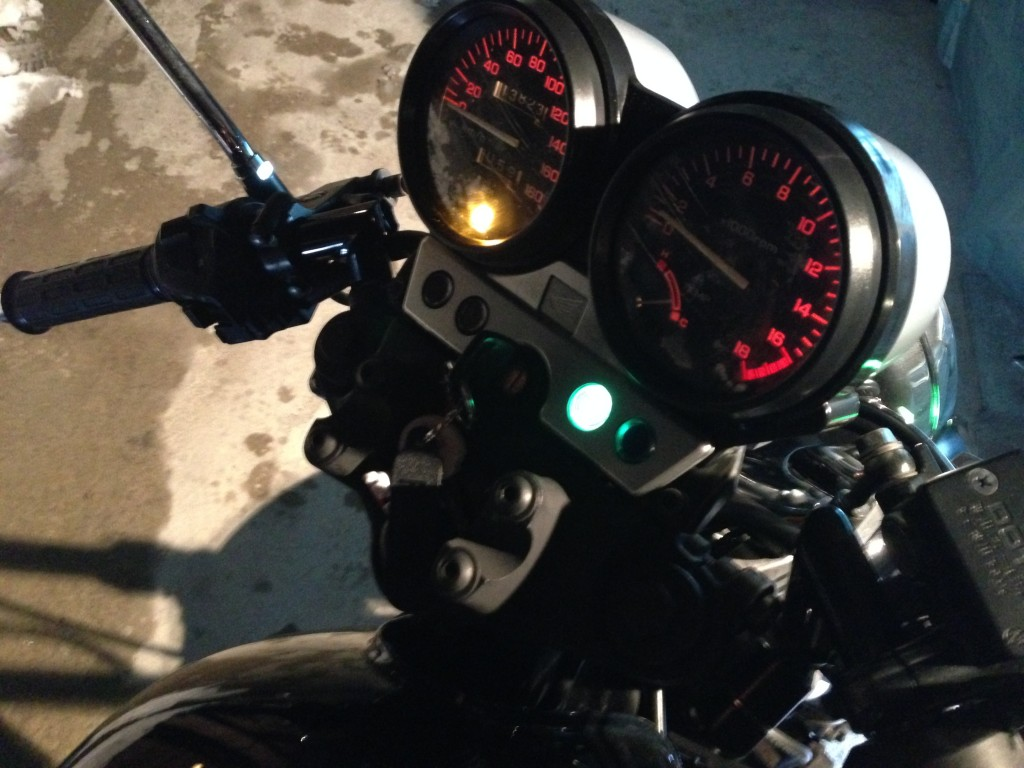 バイクの乗り方両手